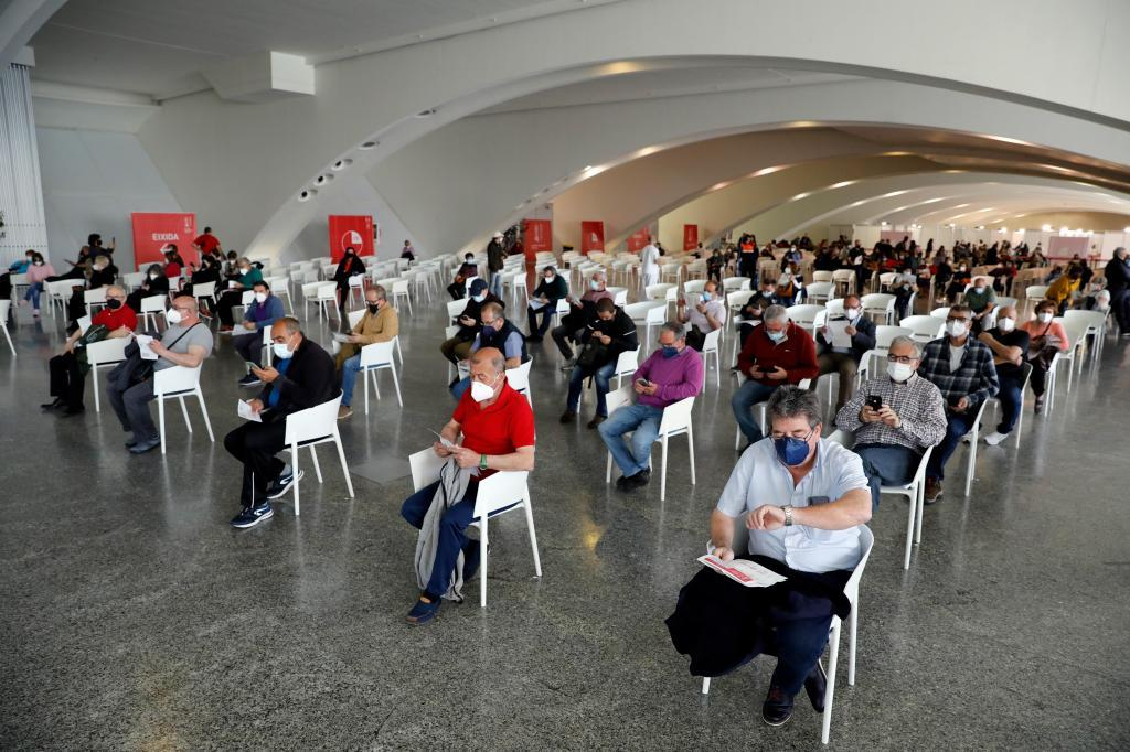Decenas de personas esperan a ser vacunados, este lunes en la Ciudad de las Artes y las Ciencias de Valencia.