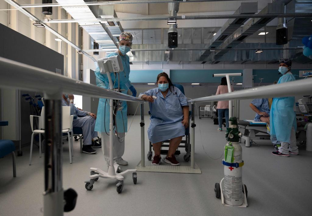 Una paciente del Zendal recibe rehabilitación