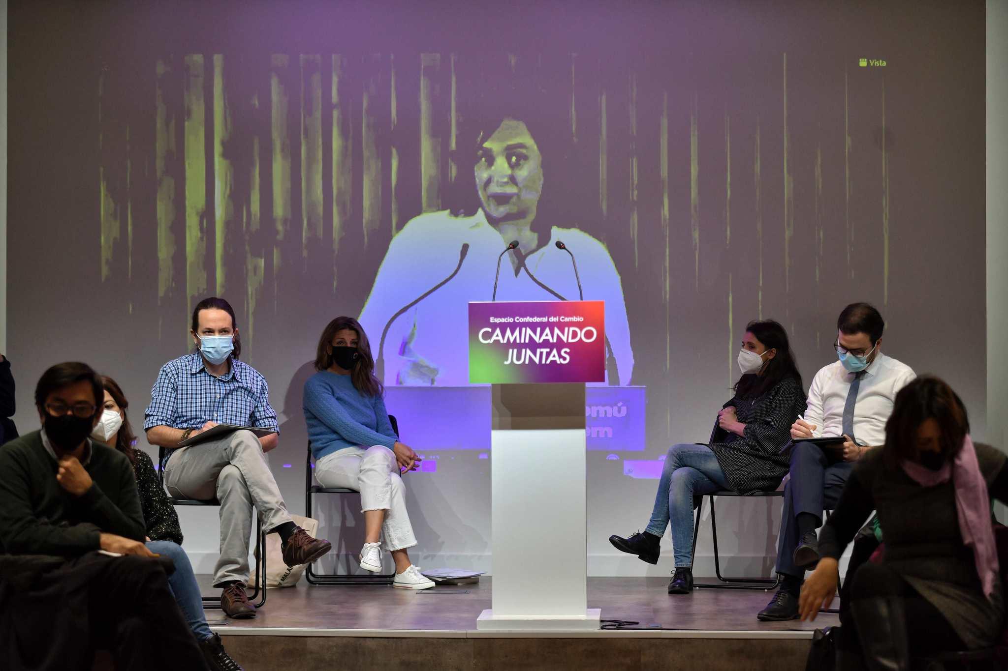 Pablo Iglesias (segundo por la izqda.), escucha a Ada Colau, en un acto, en 2020.
