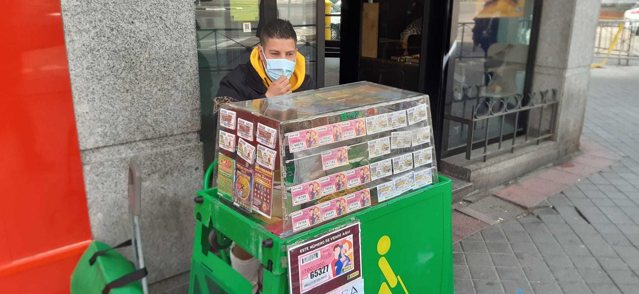Javier, vendedor de la ONCE, en su puesto de la calle la Oca de Carabanchel.