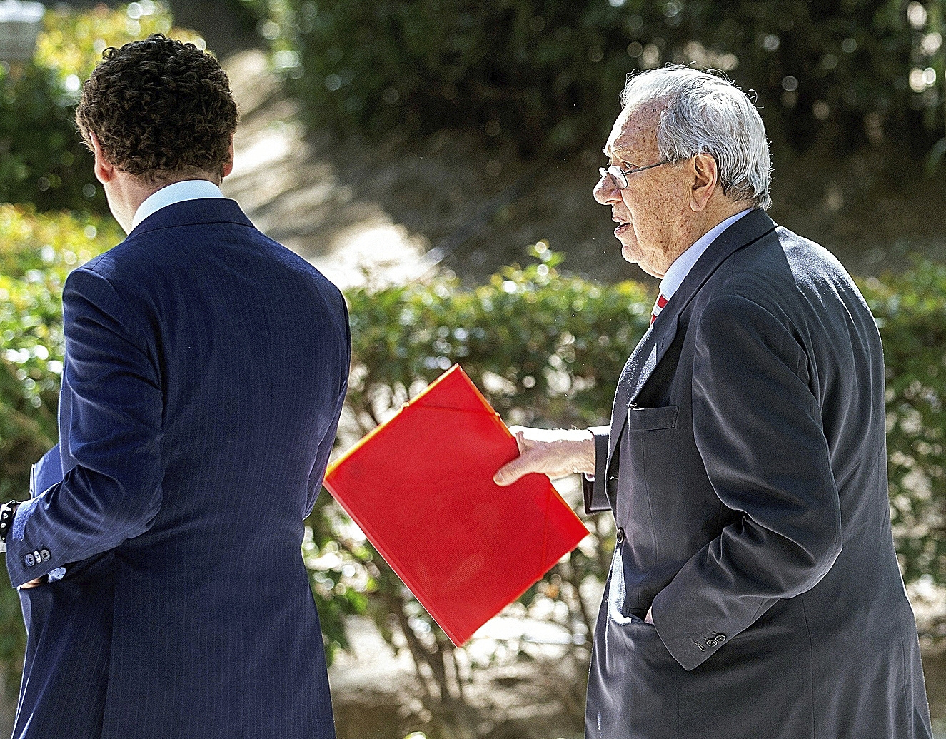 Raúl Morodo (dcha.), tras declarar, en 2019.