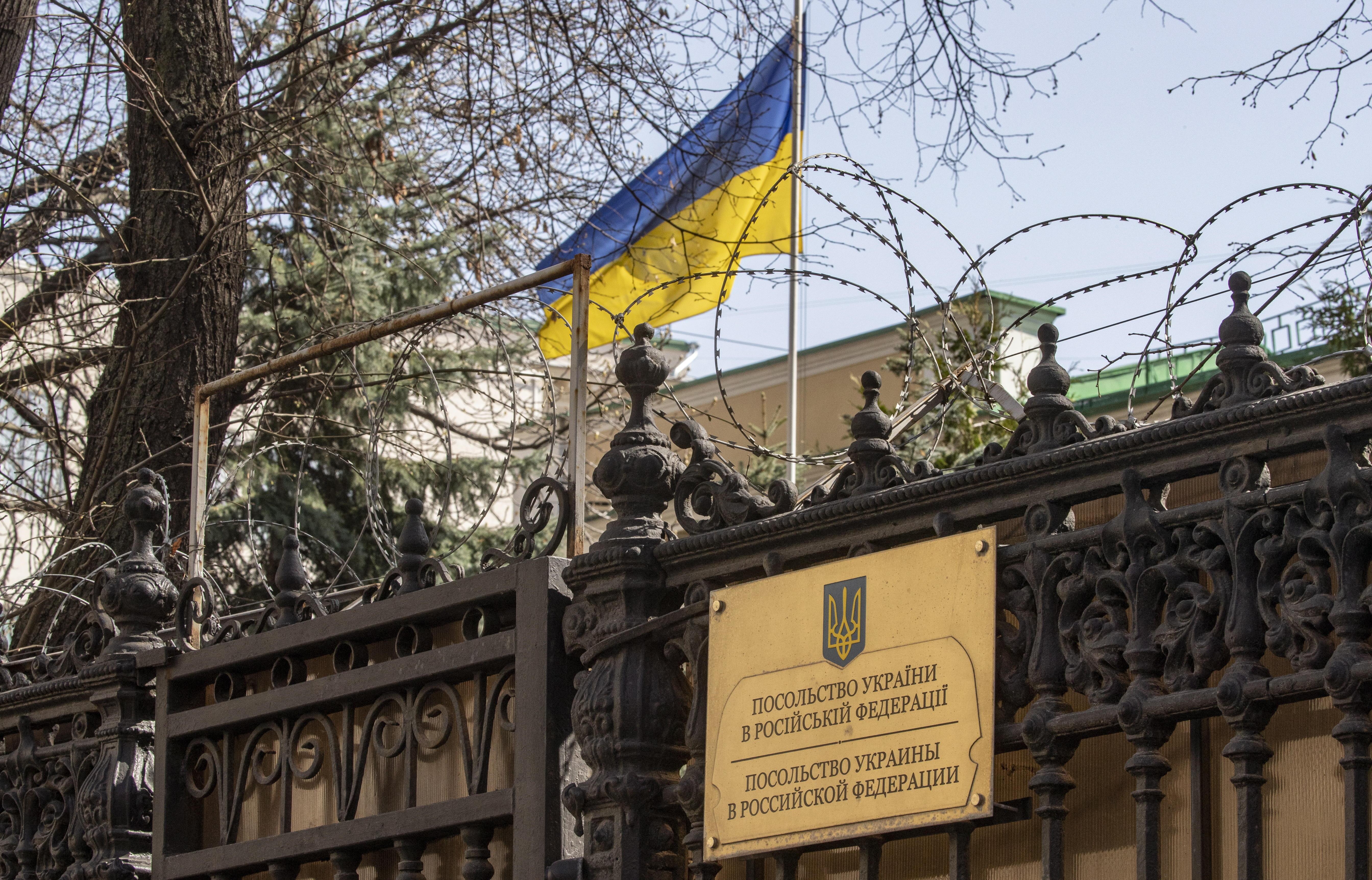 La bandera de Ucrania, en la embajada del país en Rusia.