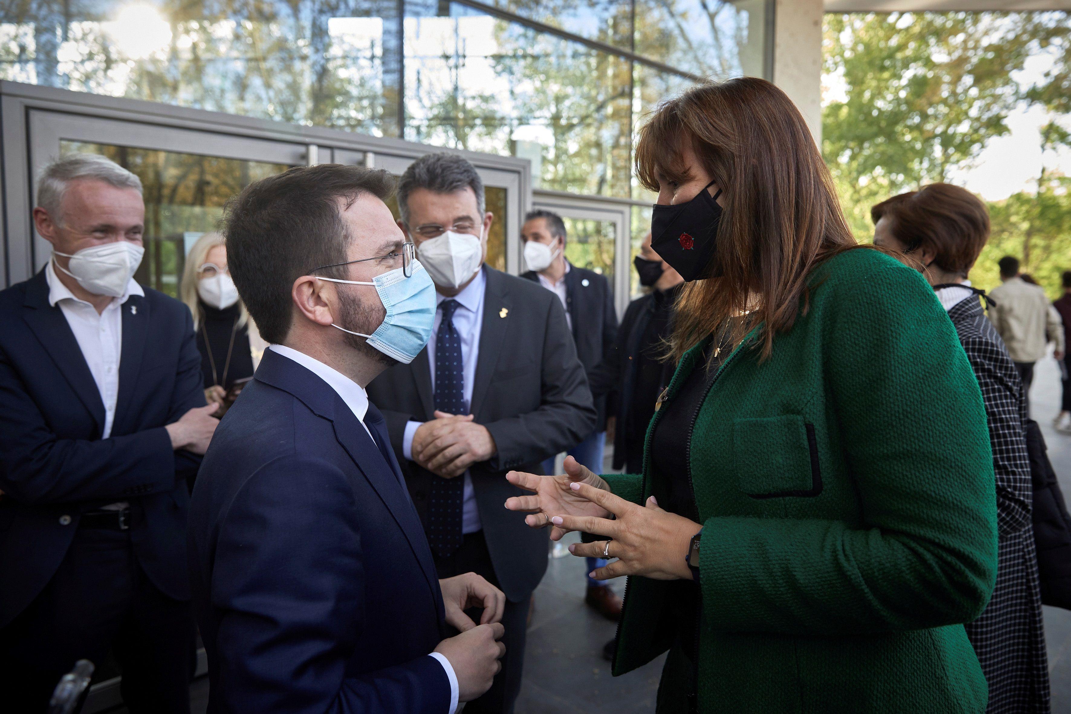 Pere Aragonès conversa con Laura Borràs.