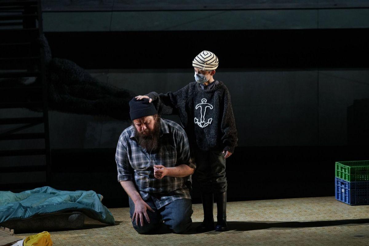 Allan Clayton (Peter Grimes) y Saúl Esgueva (niño). Foto: Javier del Real/Teatro Real.