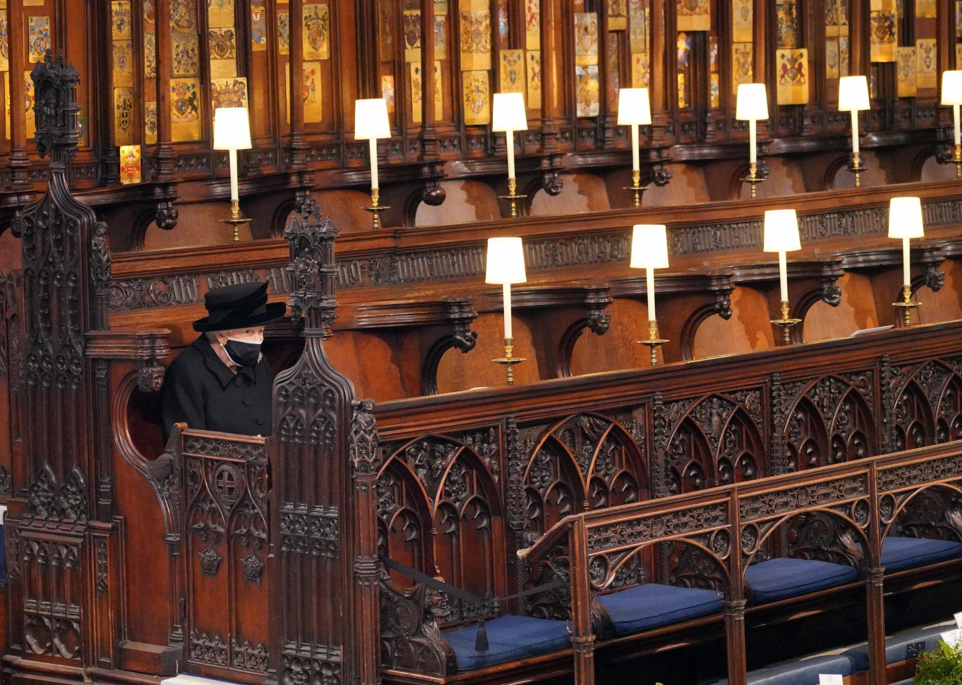 Isabel II, sola, en el interior de la Capilla de San Jorge este sábado, en el funeral del duque de Edimburgo.
