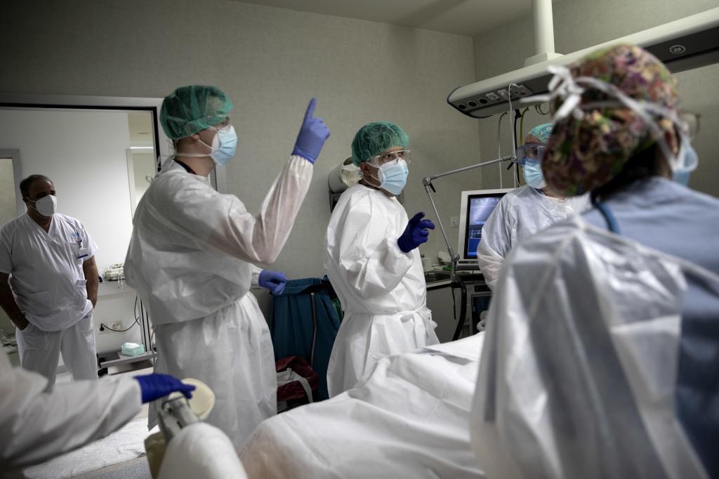 Médicos junto a un paciente de Covid-19 en el Hospital Infanta Sofía.