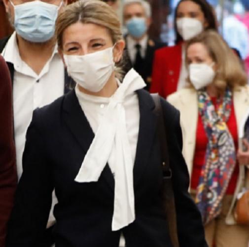 Yolanda Díaz en el congreso con un traje de chaqueta y una blusa con lazada, como mandan las tendencias.