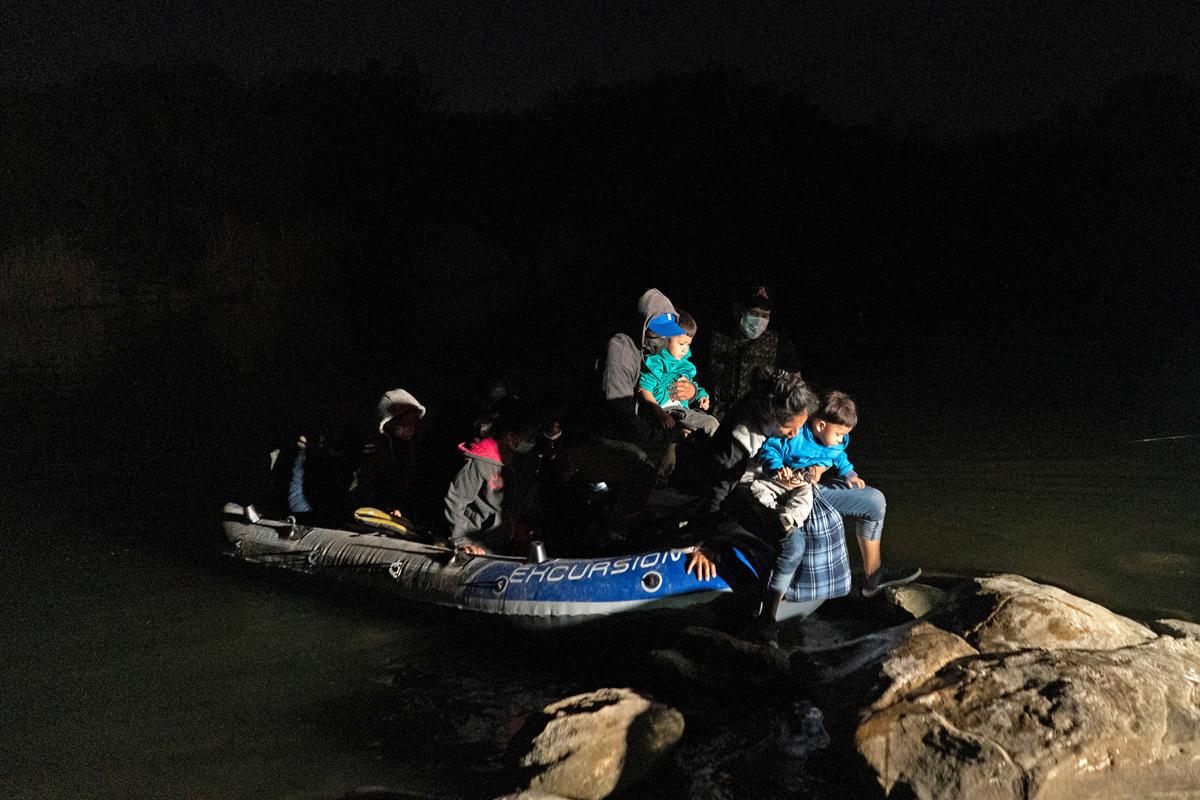 Una familia intenta entrar a EEUU desde México a través de Río Grande.