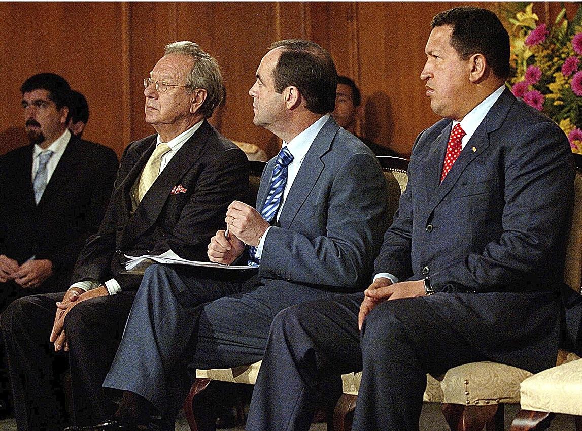 Raúl Morodo, junto a José Bono y Hugo Chávez en Caracas, en noviembre de 2005.