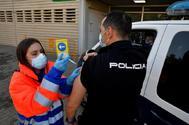 Agente vacunandose en Almería