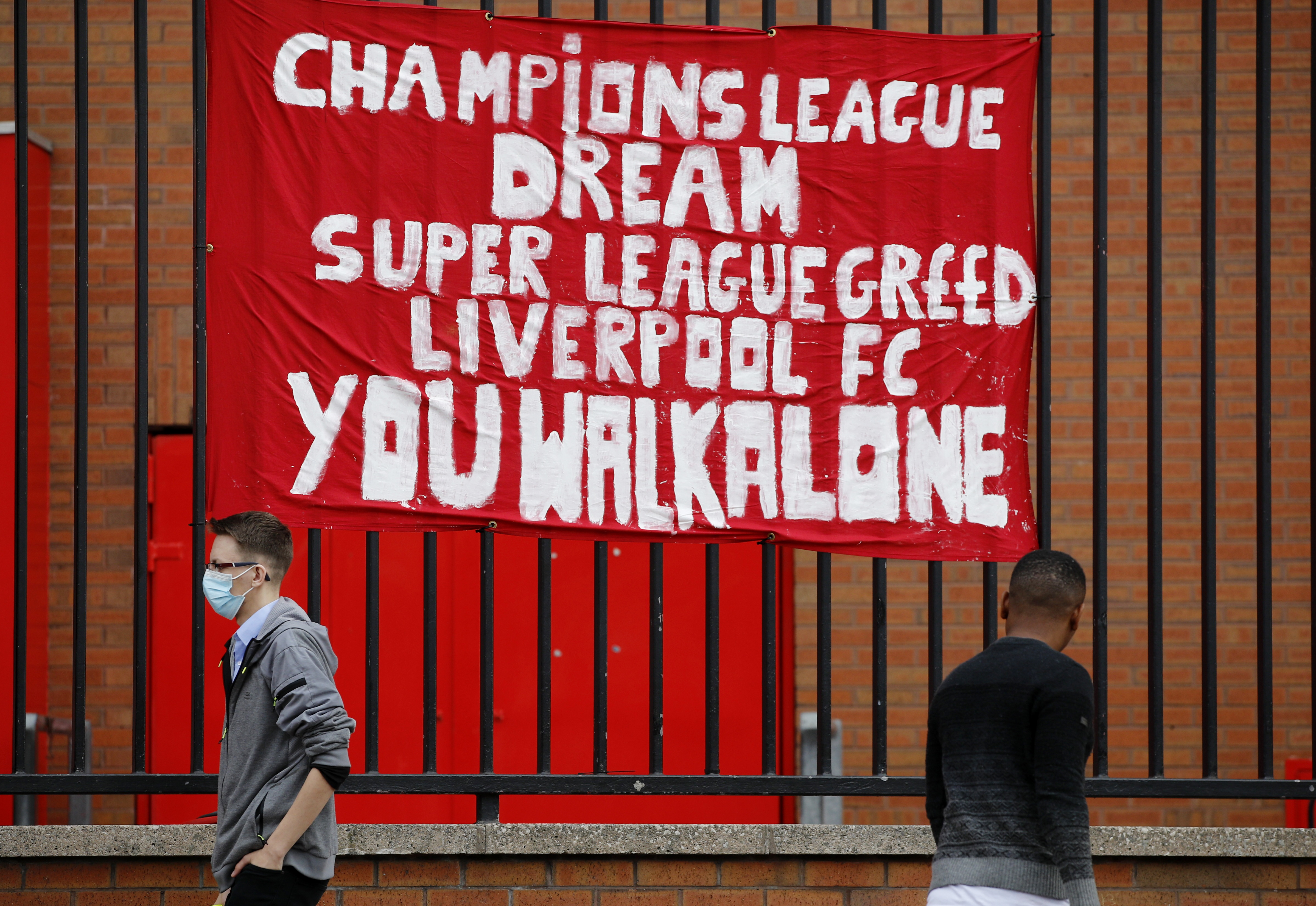Pancarta en Anfield contra la Superliga.