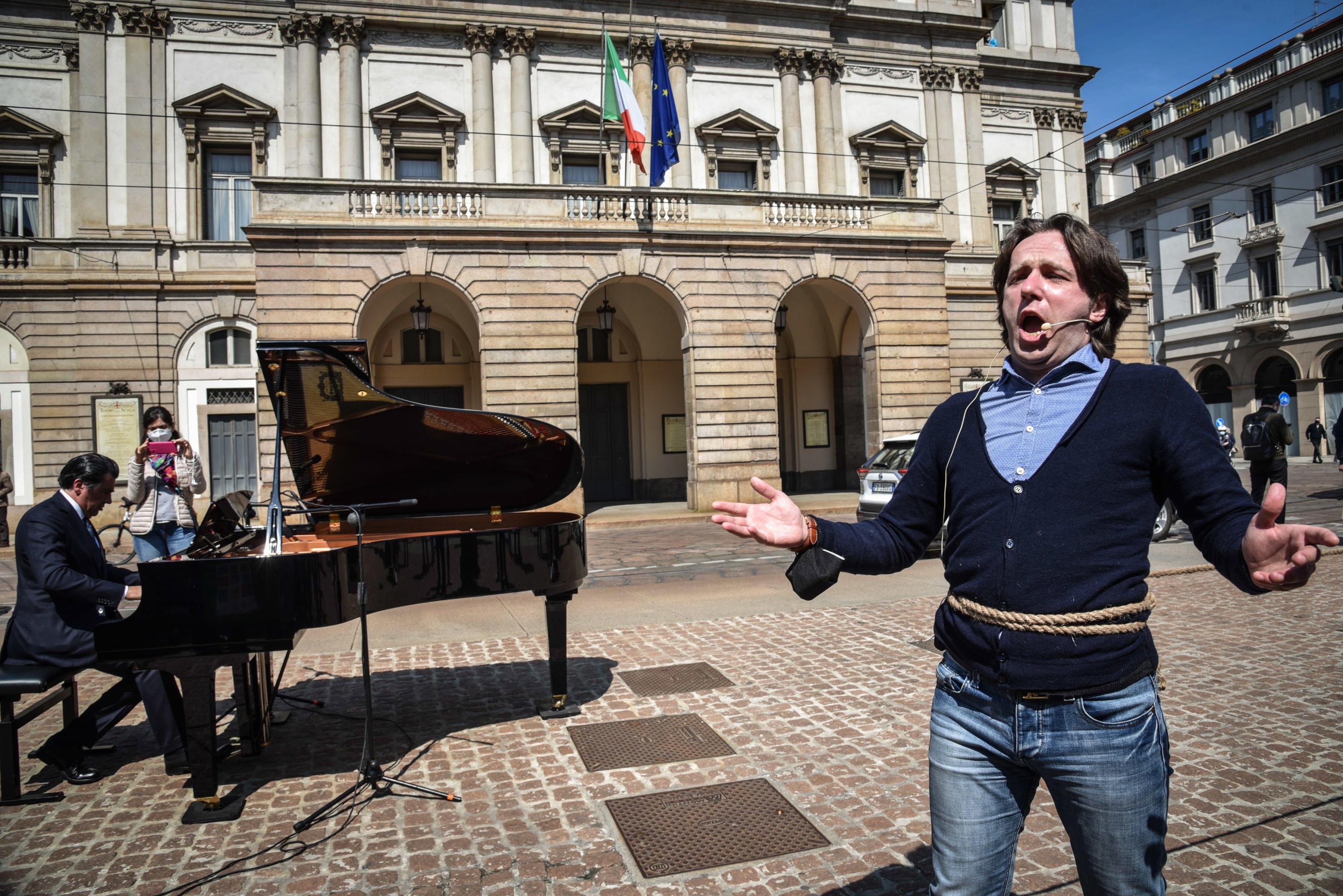 Protesta contra las restricciones en La Scala de Milán.