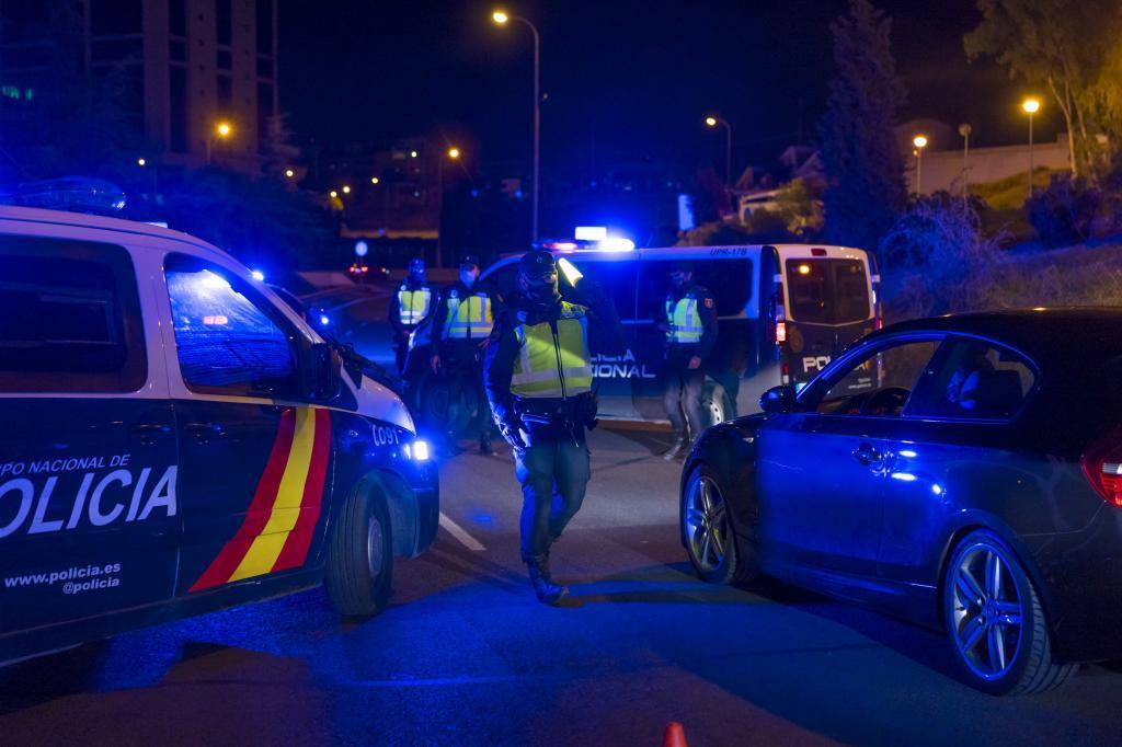 Agentes de la Policía Nacional durante una intervención en Madrid.