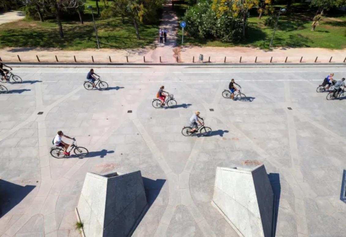 En bicicleta por el antiguo cauce del río Turia (Valencia).