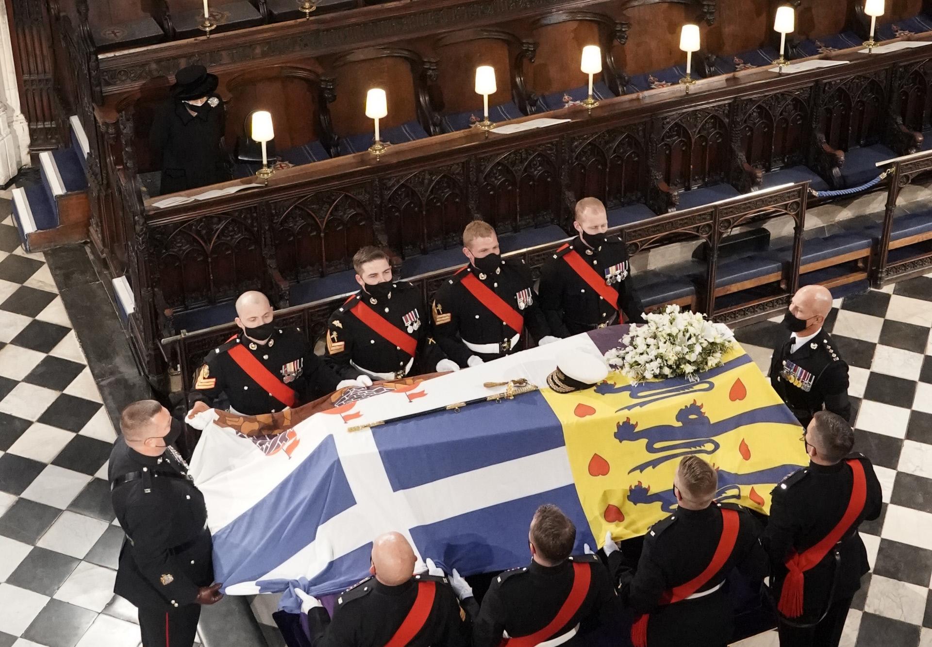 El ataúd del duque de Edimburgo en el interior de la Capilla de San Jorge y ante la reina Isabel.