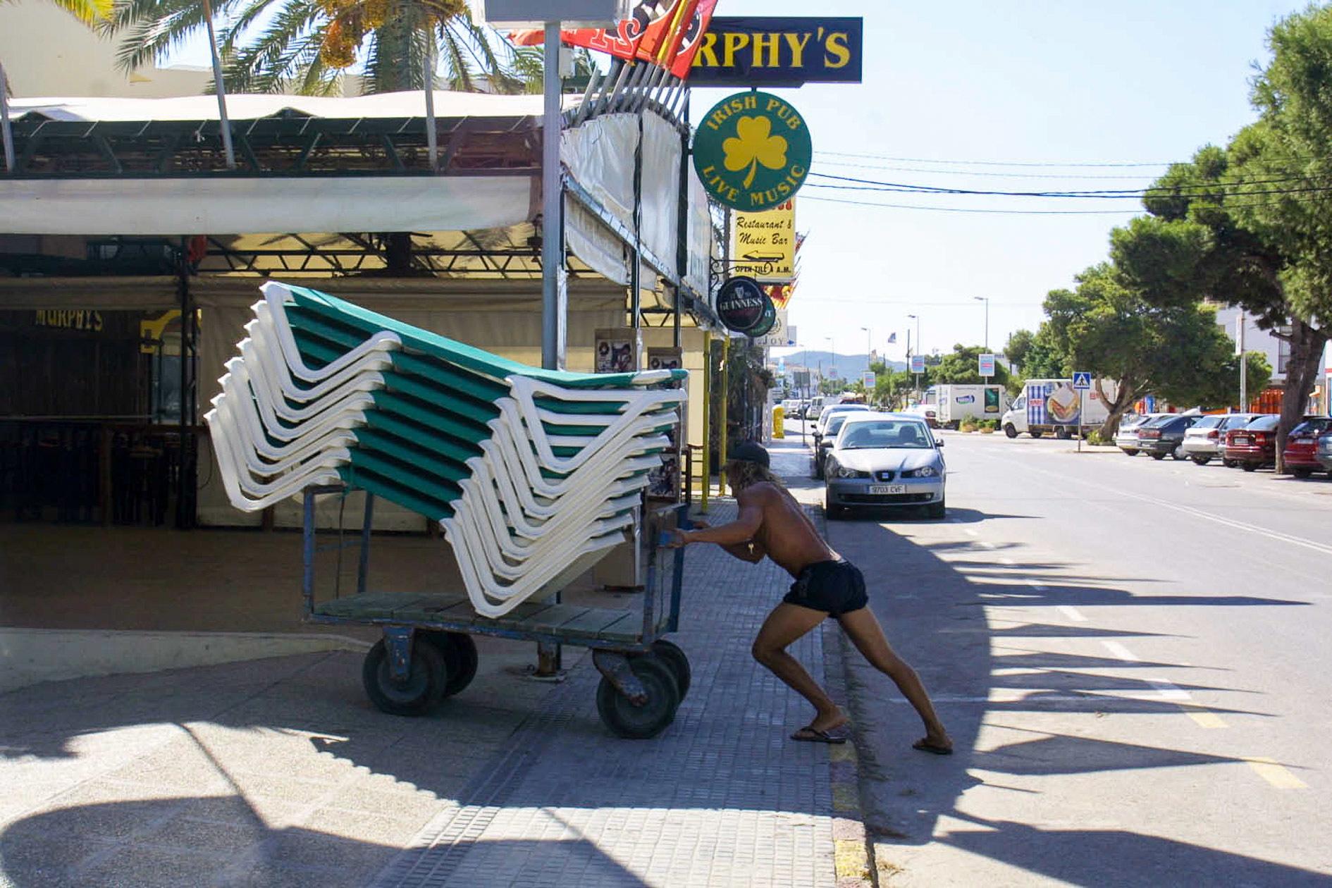 Traslado de hamacas en Platja d'en Bossa (Ibiza).