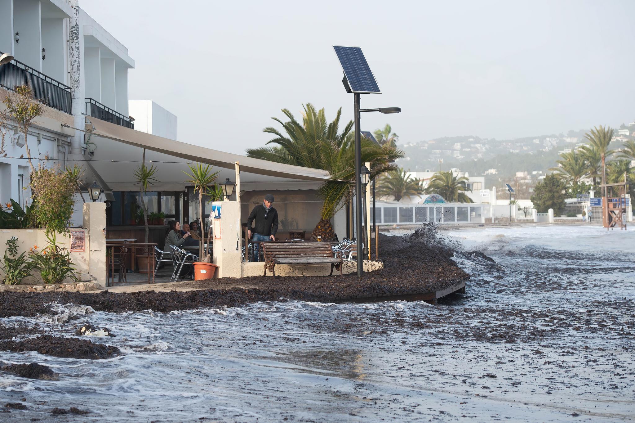 Bar Flotante, en la playa de Talamanca, Ibiza.