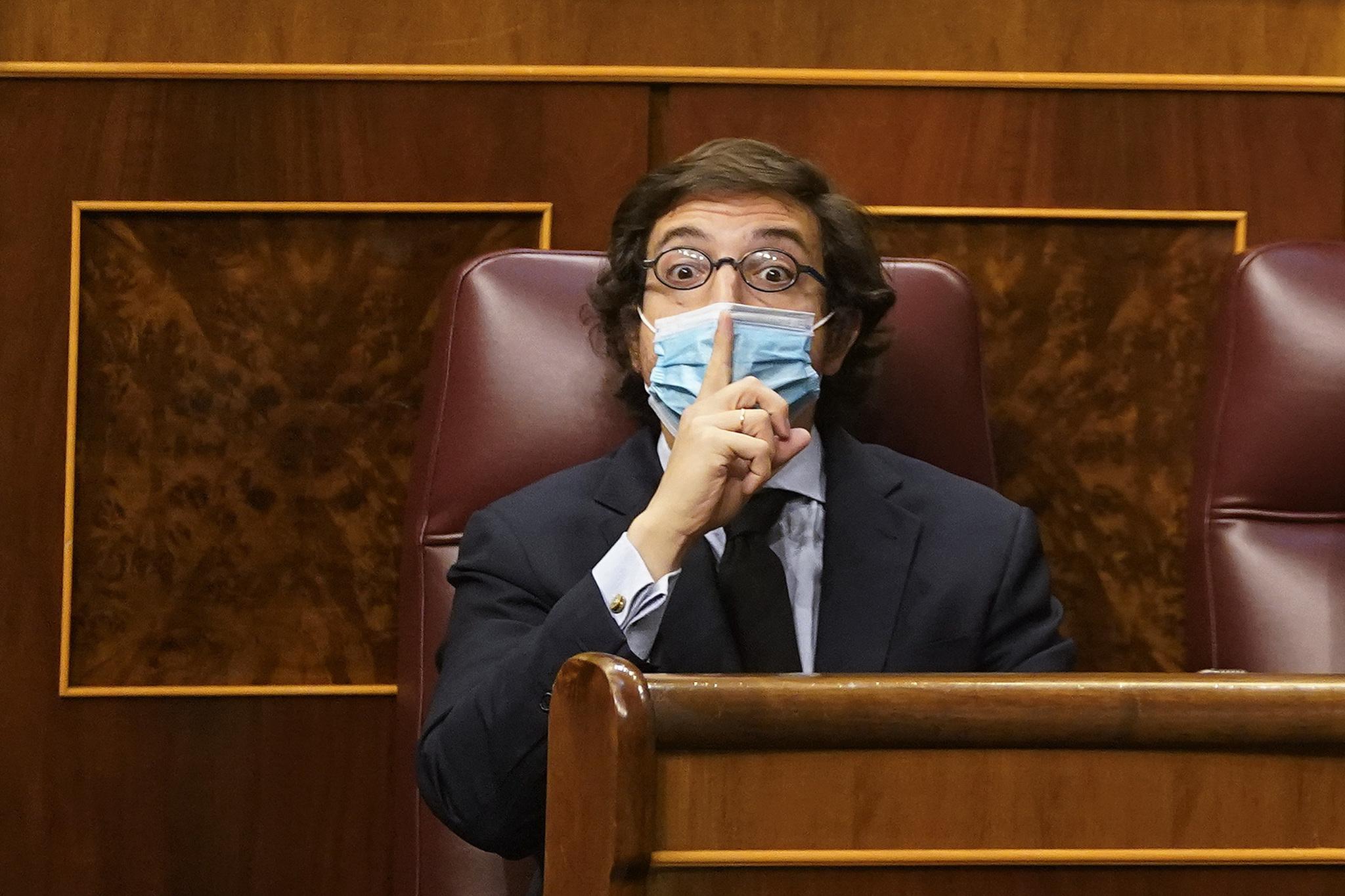 El diputado de Vox por Asturias José María Figaredo gesticula durante el debate.