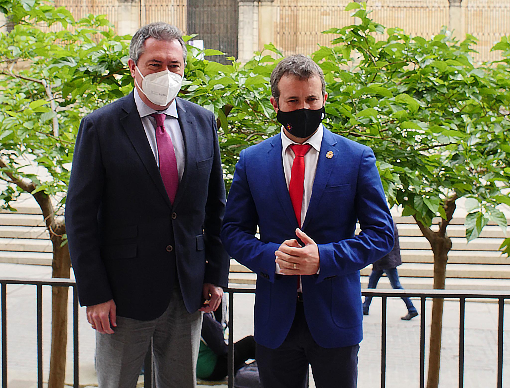 El alcalde de Sevilla, Juan Espadas, y el regidor de Jaén, el socialista Julio Millán, este miércoles.
