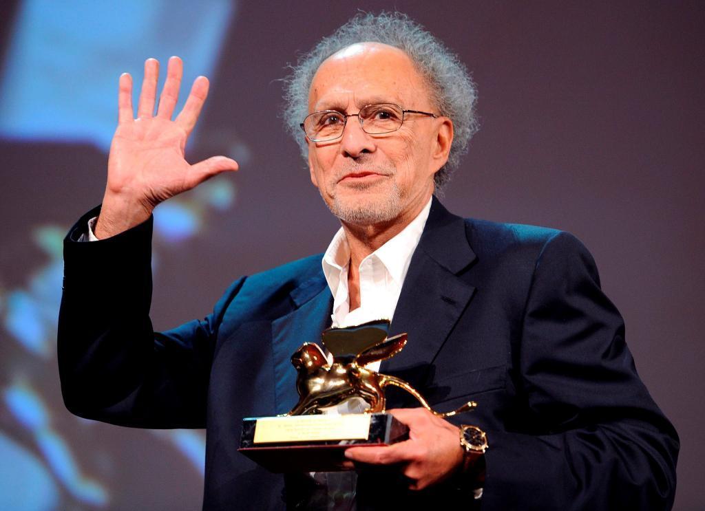 Monte Hellman recoge el León de Oro a su carrera en Venecia en 2010.