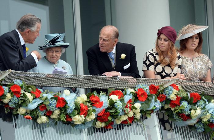 La Reina entre el duque de Edimburgo y Michael Oswald
