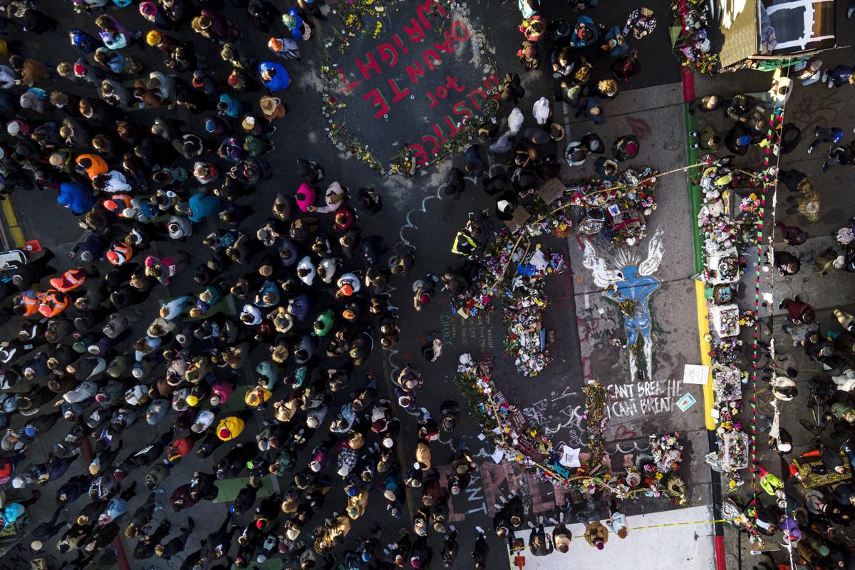 Una multitud se reúne en el lugar de la muerte de George Floyd.