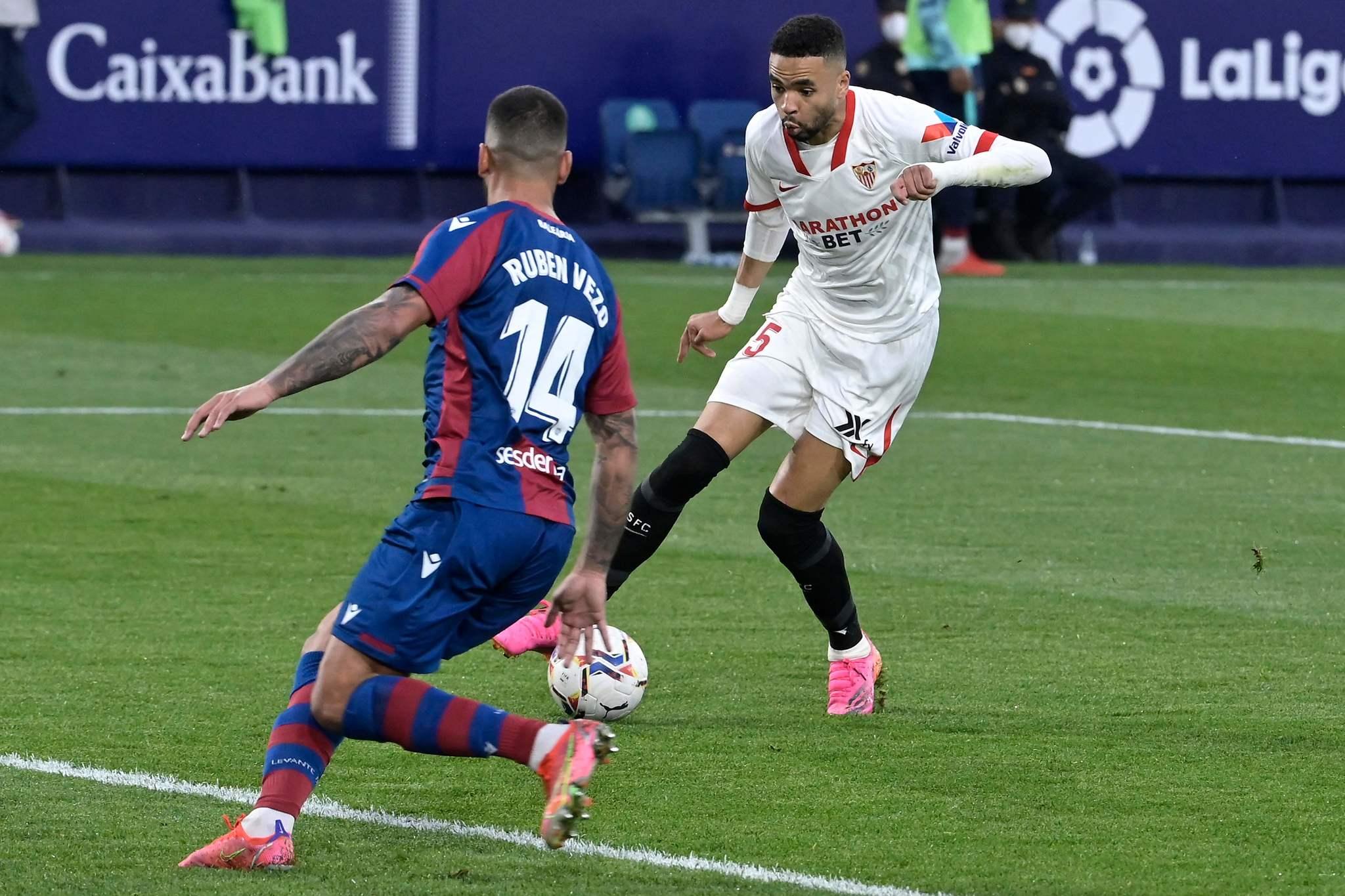 En-Nesyri encara a Vezo en la jugada del gol del Sevilla.