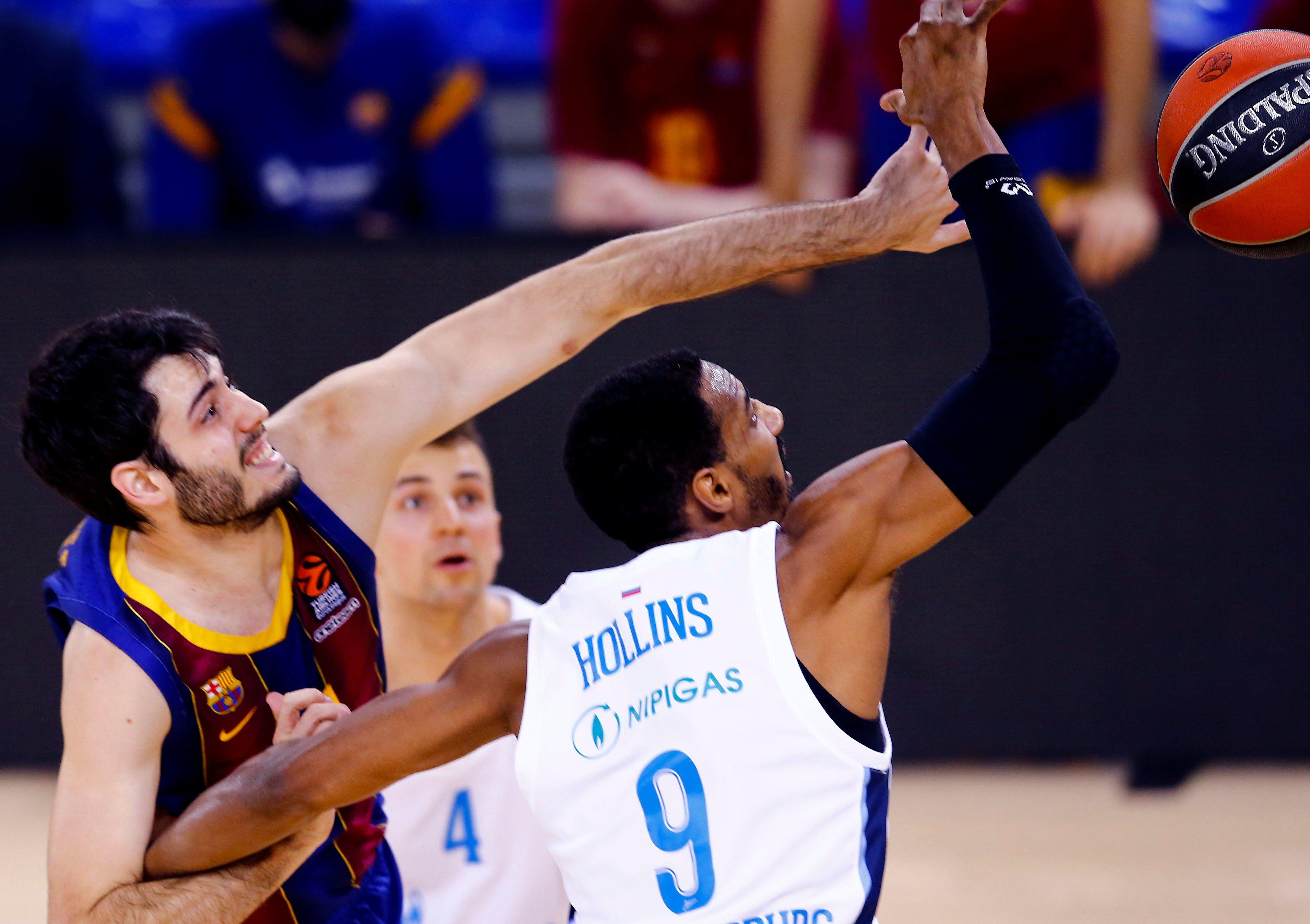 Hollins (d) lucha con  Abrines por el balón.