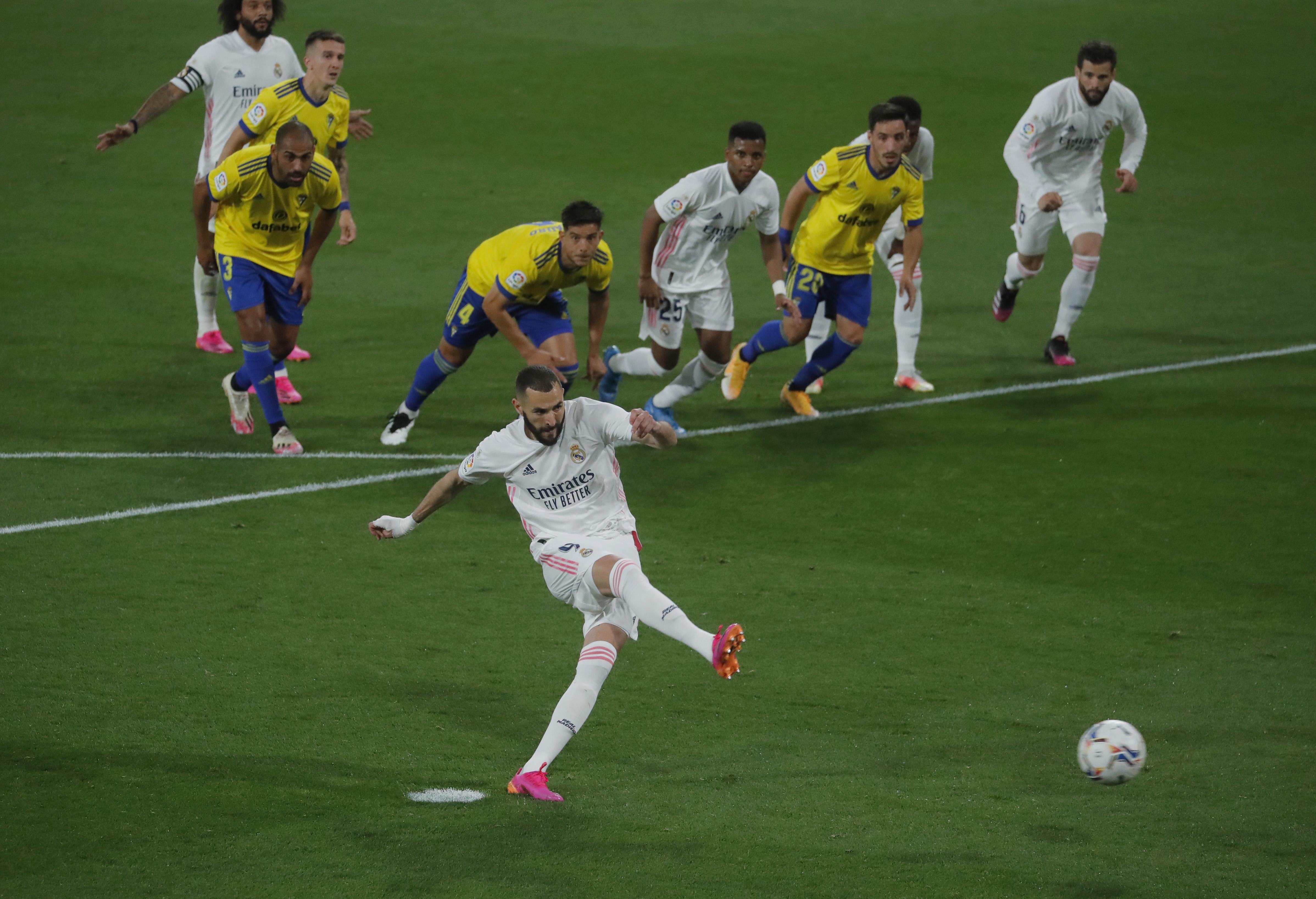 Benzena marca de penalti el primer gol del Madrid.
