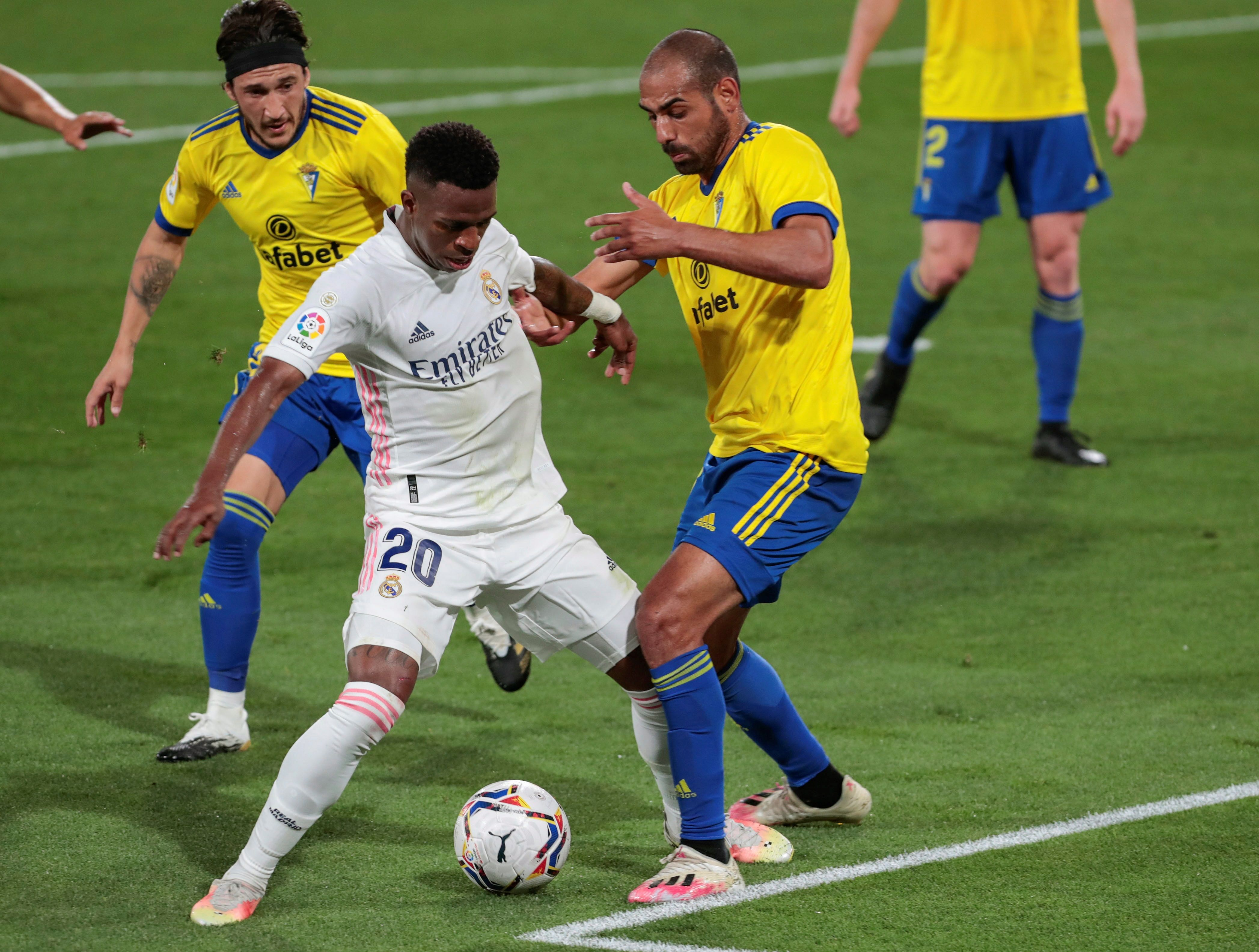 Vinicius disputa el balón ante  Fali.