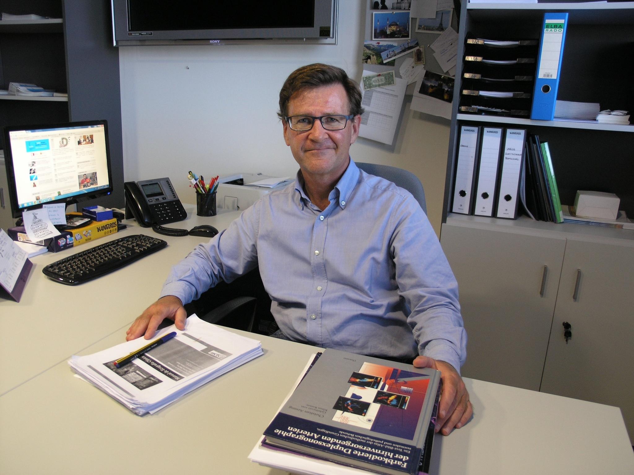 El profesor de Medicina Interna de la CEU UCH Enrique Rodilla Sala, especialista de la Unidad de Hipertensión y Riesgo Vascular del Hospital Universitario de Sagunto, ha coordinado el estudio sobre rigidez arterial y Covid-19 premiado en el Congreso de la ESH-ISH.