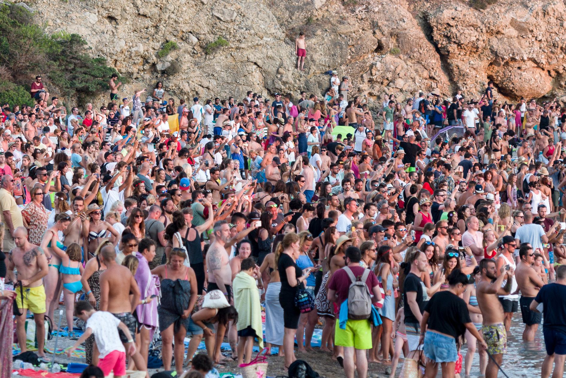 Bañistas en la playa de Benirrás, en la isla de Ibiza.