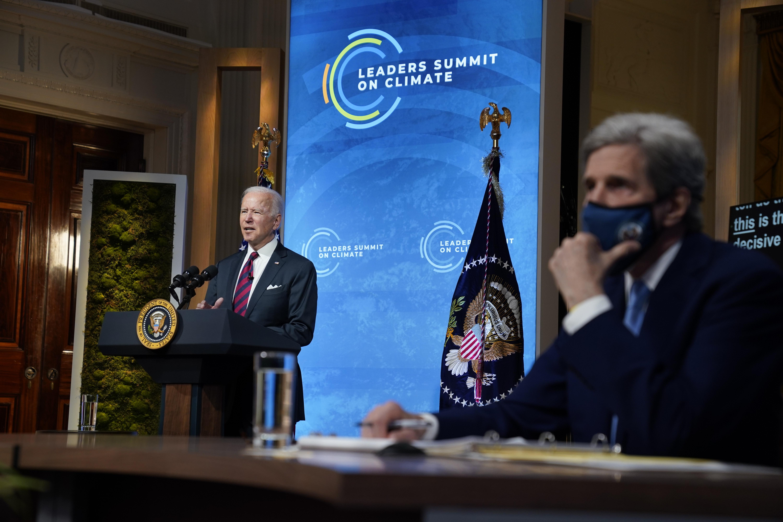 Joe Biden durante la inauguración de la Cumbre del Clima virtual. A su lado, John Kerry