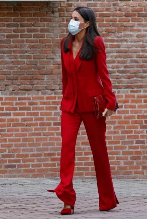 La Reina Letizia con un tuxedo rojo de Roberto Torretta