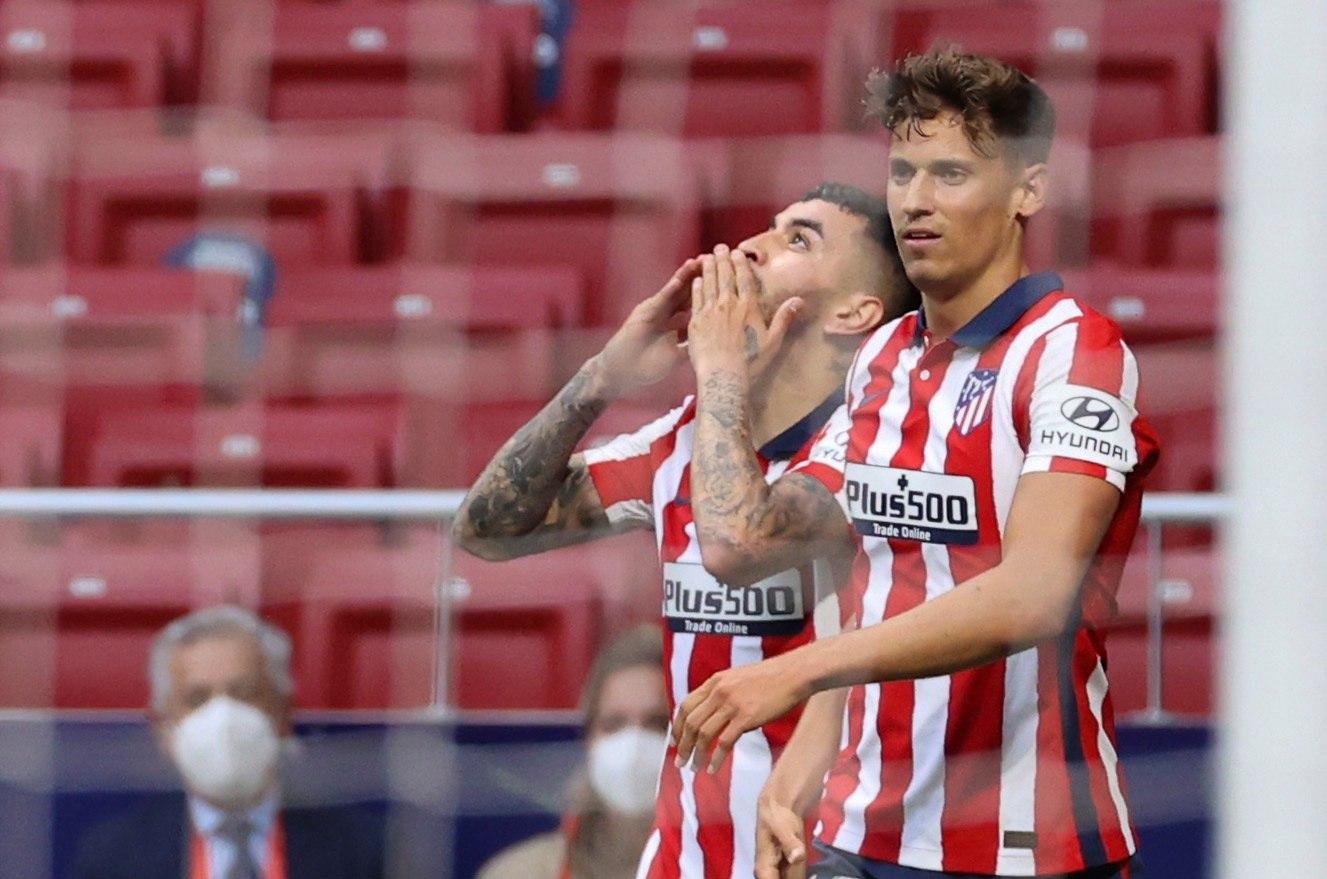 Correa celebra su gol junto a Marcos Llorente.