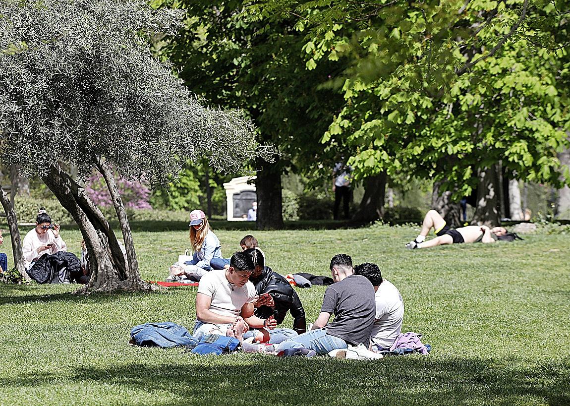 Varios jóvenes la pasada Semana Santa en una pradera de césped del Parque de El Retiro.