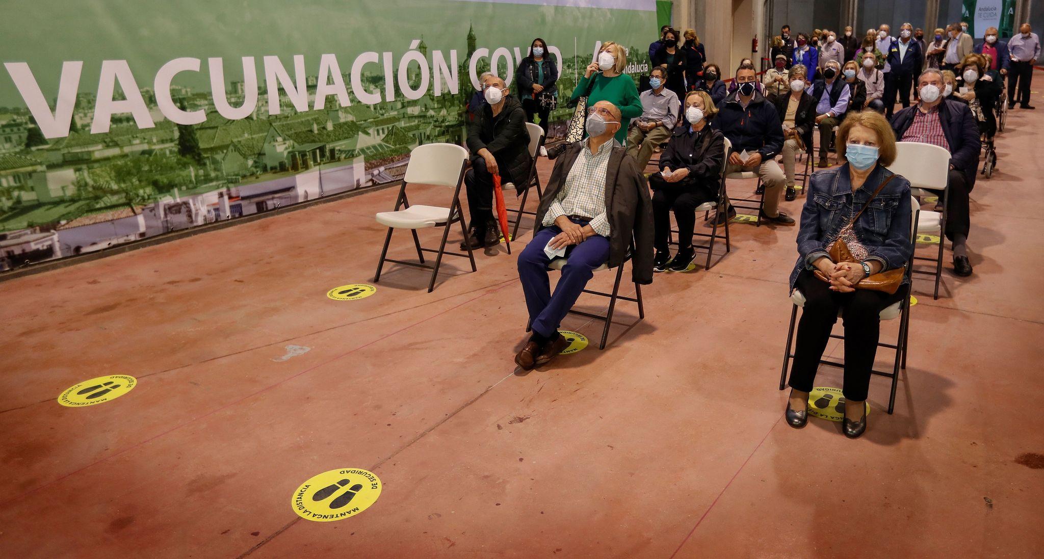 Personas que esperan su turno para ser vacunadas en el estadio de la Cartuja de Sevilla.