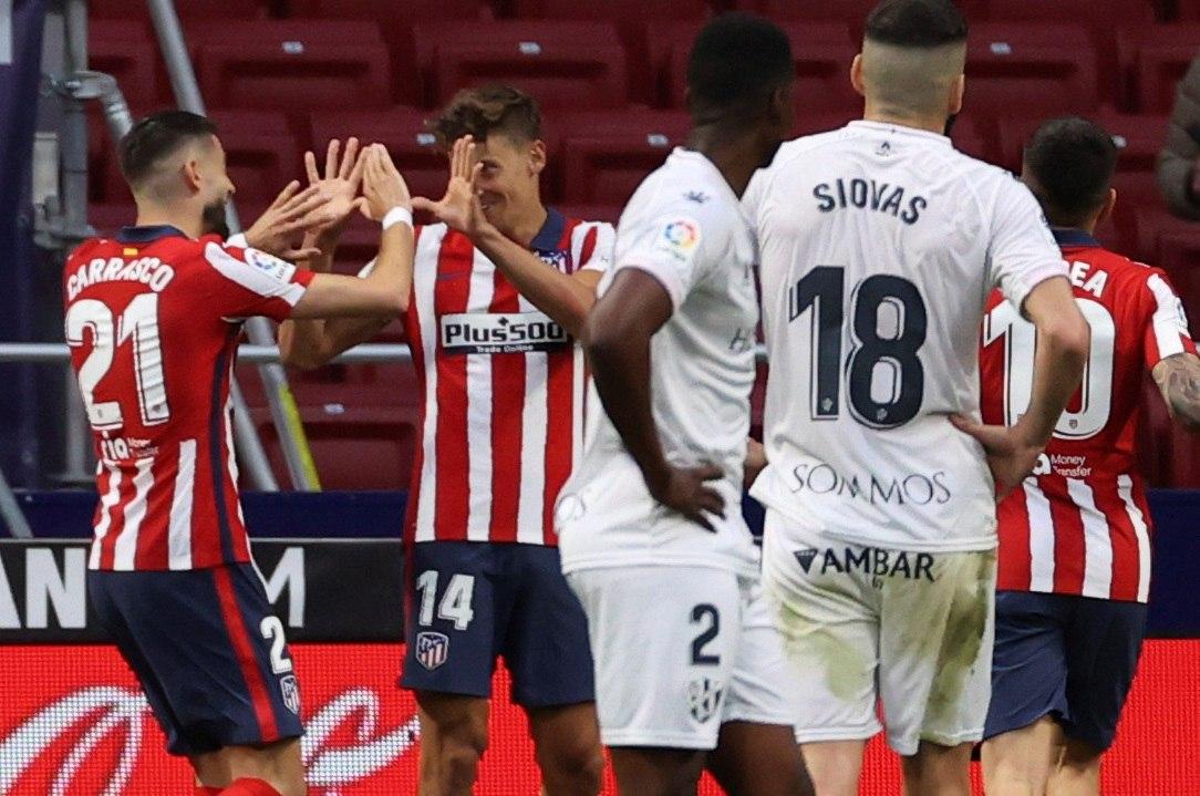Carrasco felicita a Llorente por la asistencia ante el Huesca.