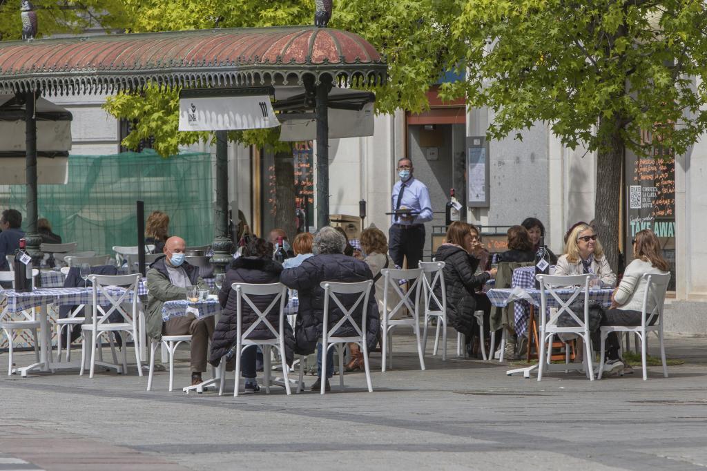 Turistas y madrileños consumiendo tapas y cañas en terrazas al aire libre