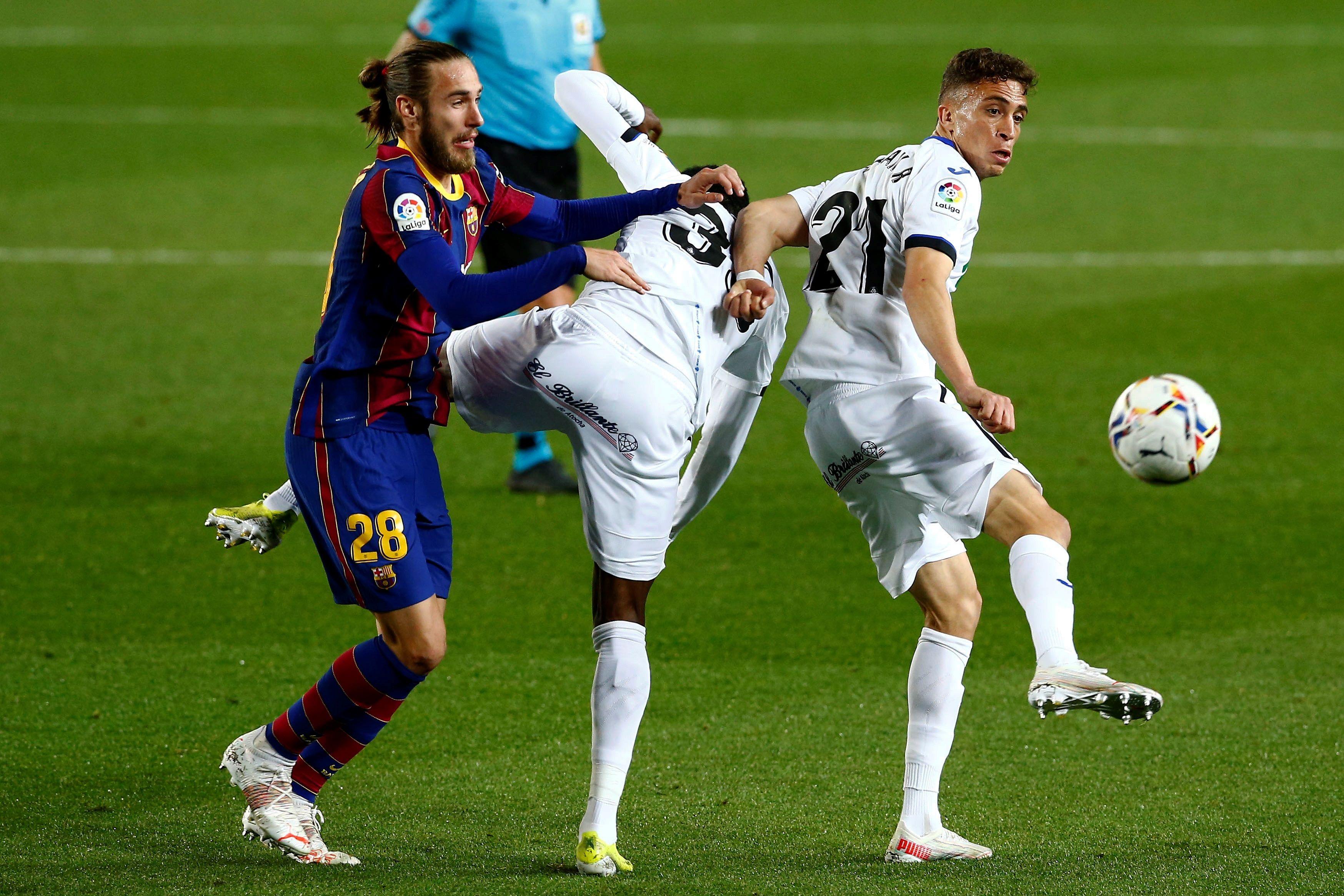 Mingueza, ante Chakla y Abdulai, el jueves en el Camp Nou.
