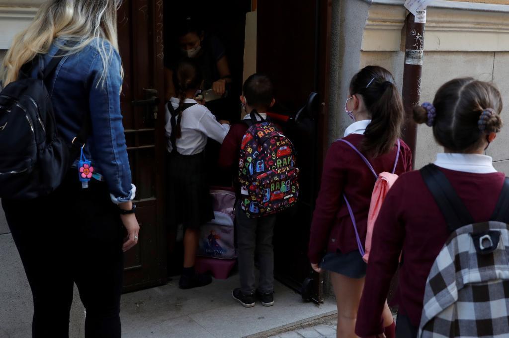 Niños entrando al aula de un colegio.