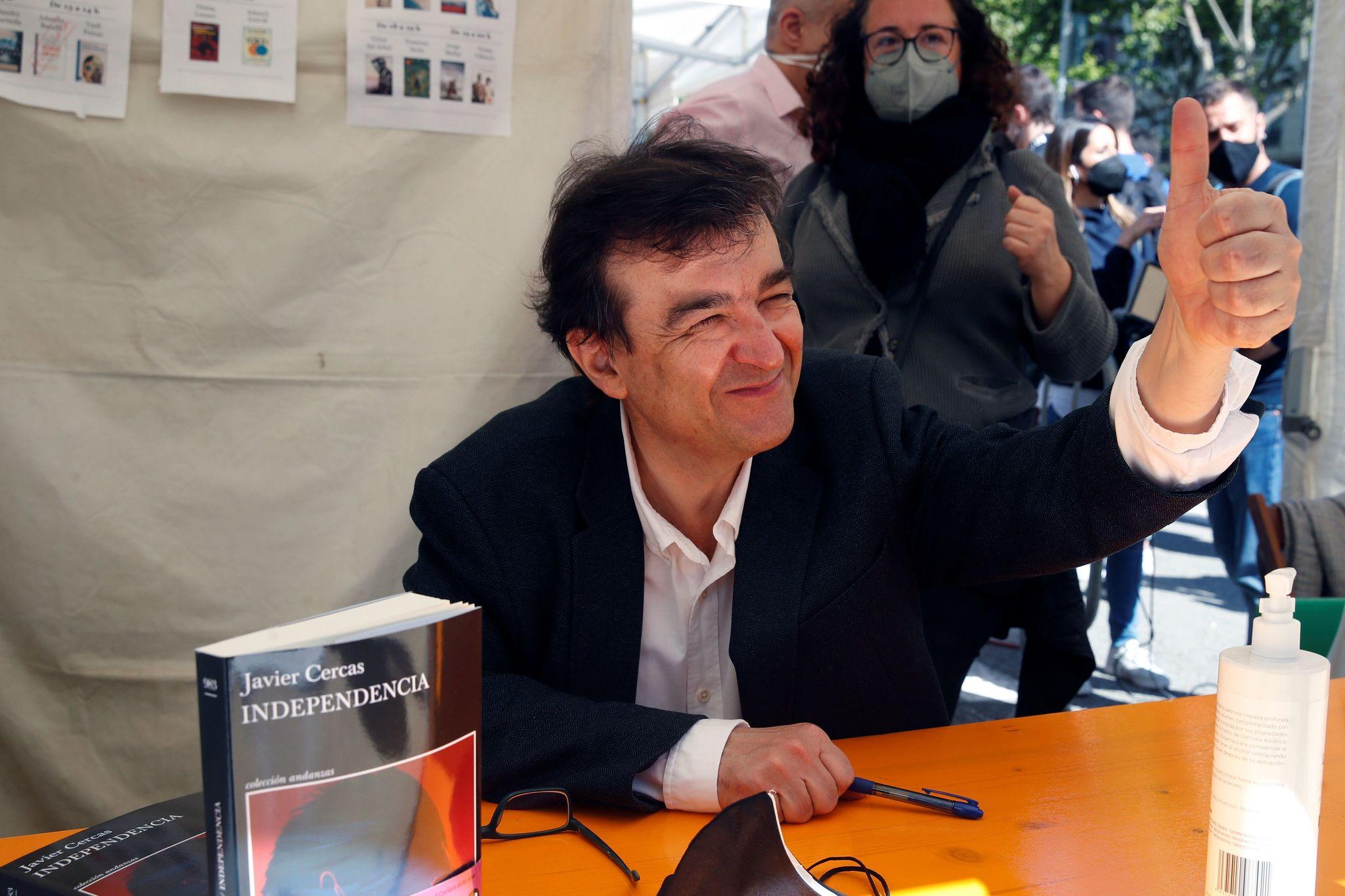 Javier Cercas saluda a sus lectores en su primera firma del día.