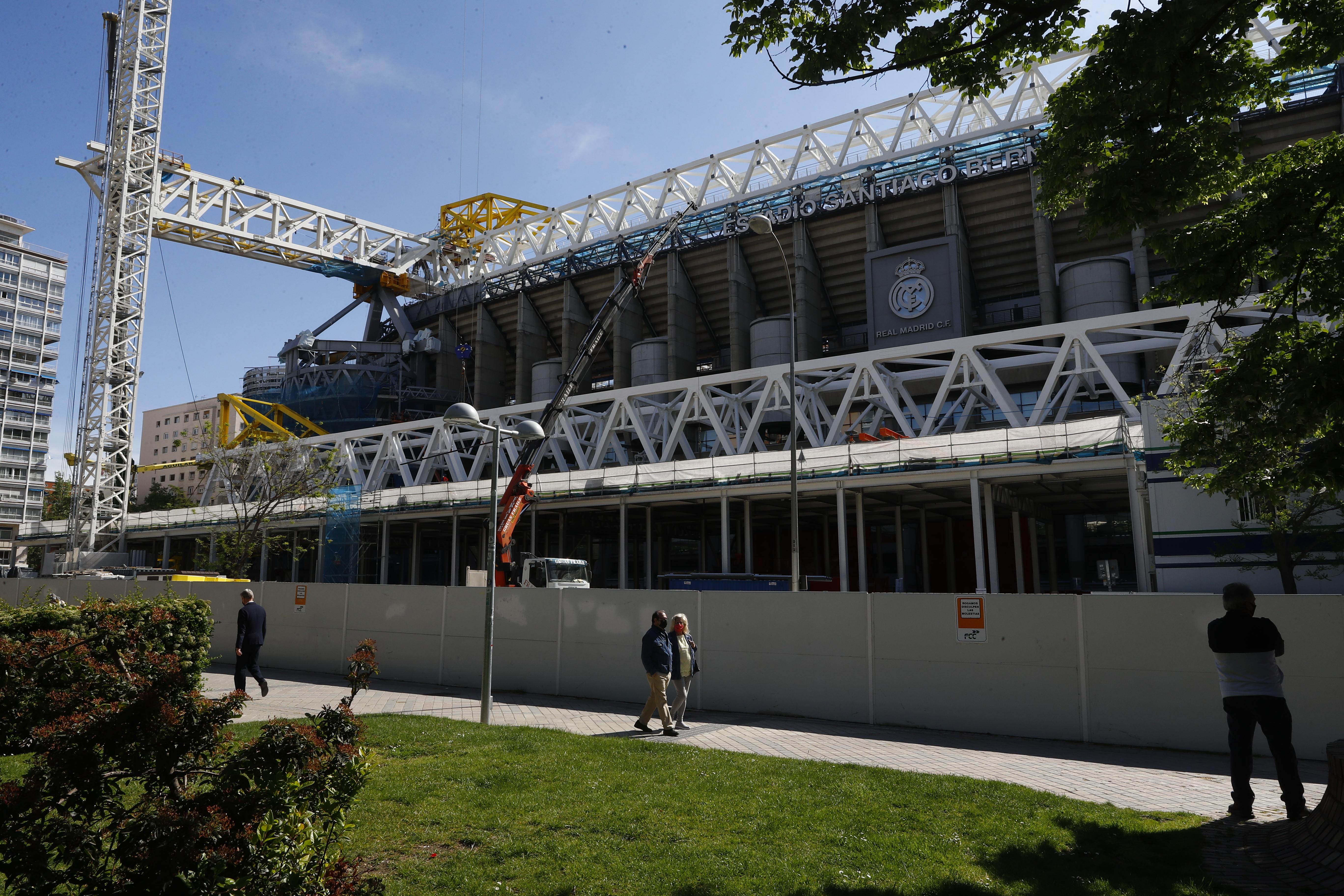Las obras, en el exterior del Santiago Bernabéu.