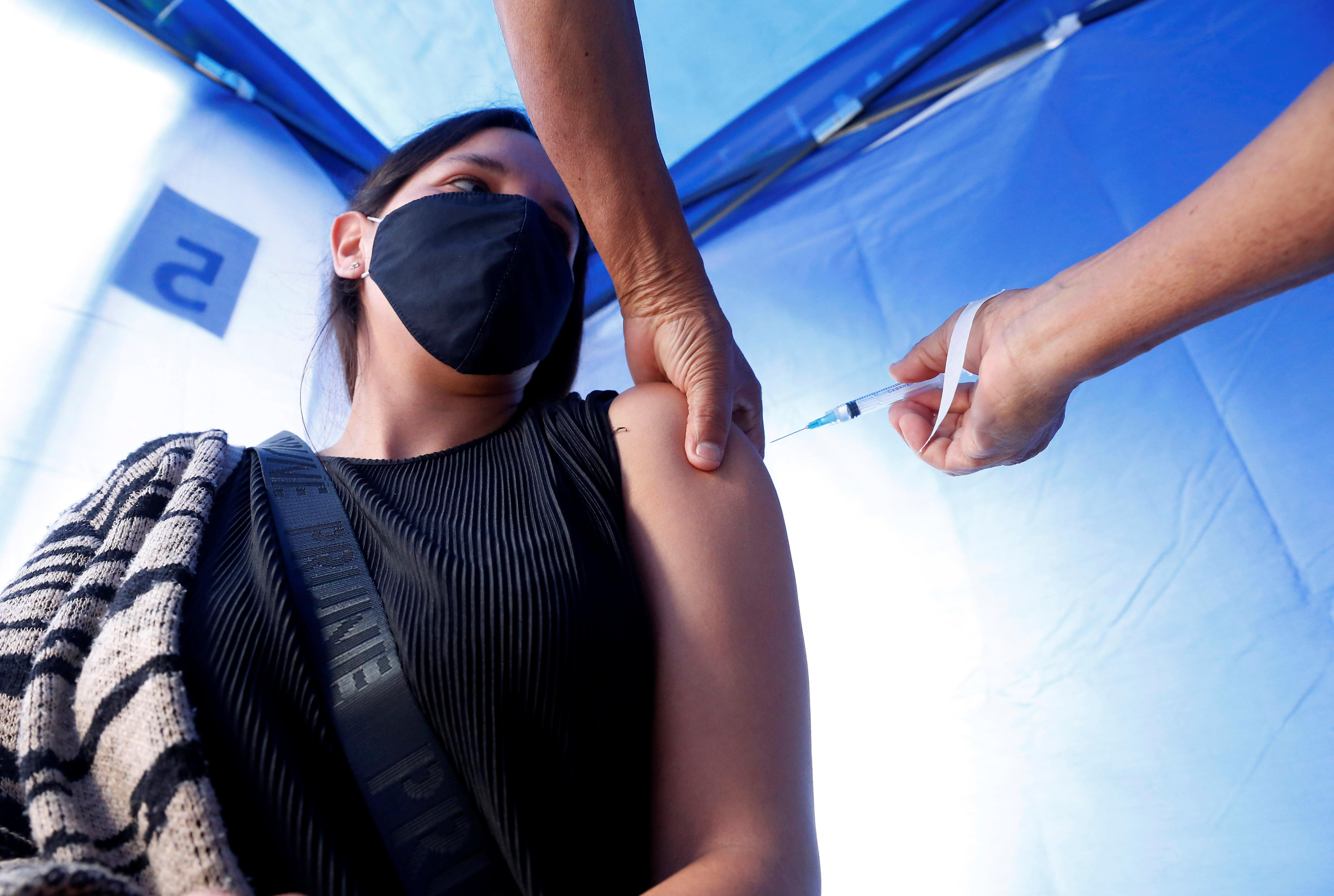 Una mujer recibe una dosis de una vacuna anti-Covid, en Viña del Mar.