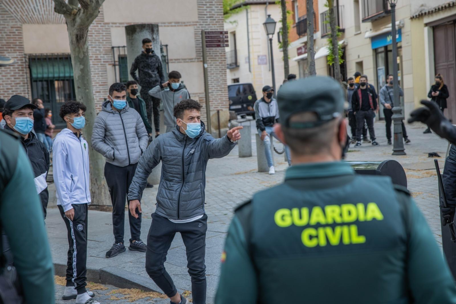 Jóvenes increpan a la Guardia Civil, en Vallecas.
