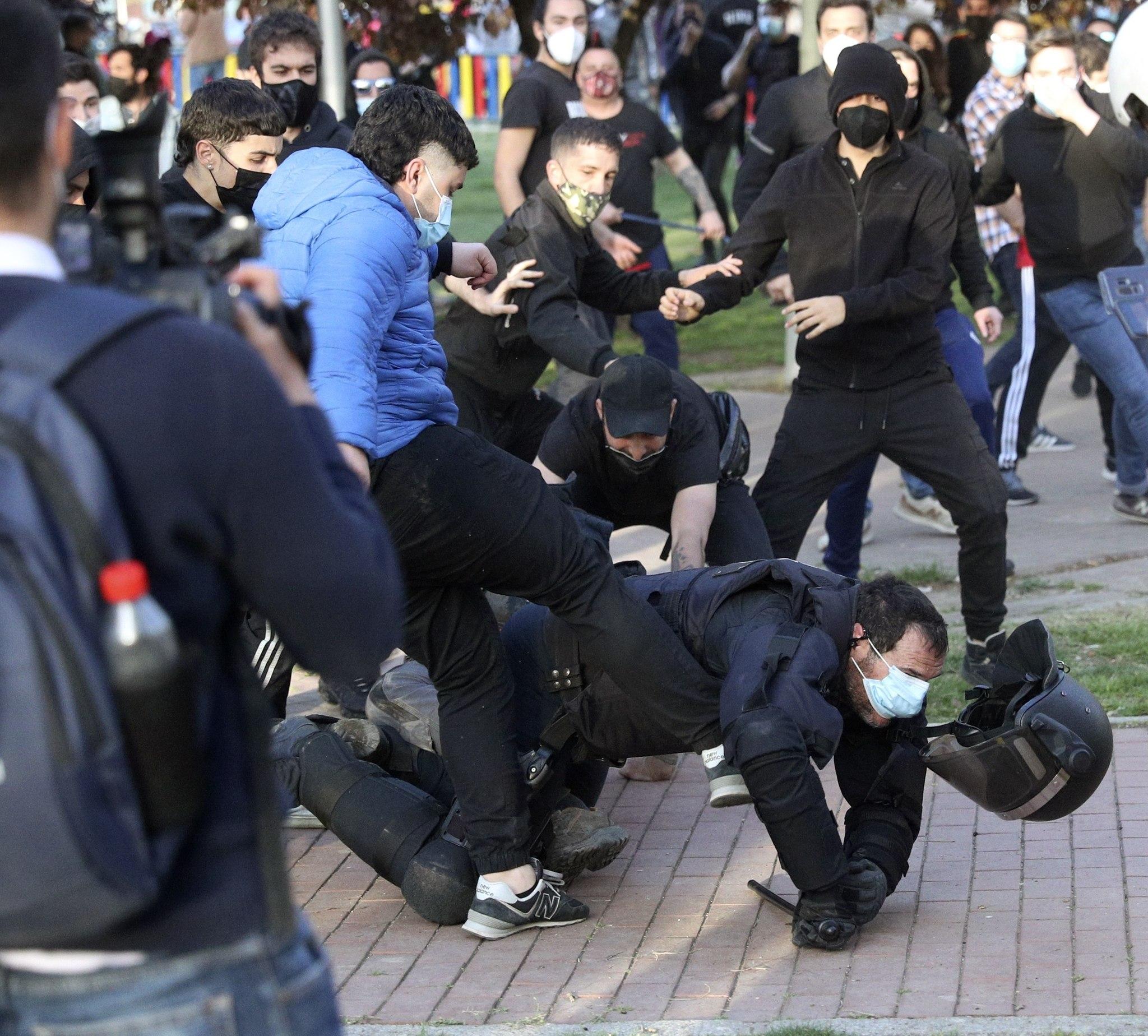 Un policía cae al suelo, en Vallecas, tras un mitin de Vox.