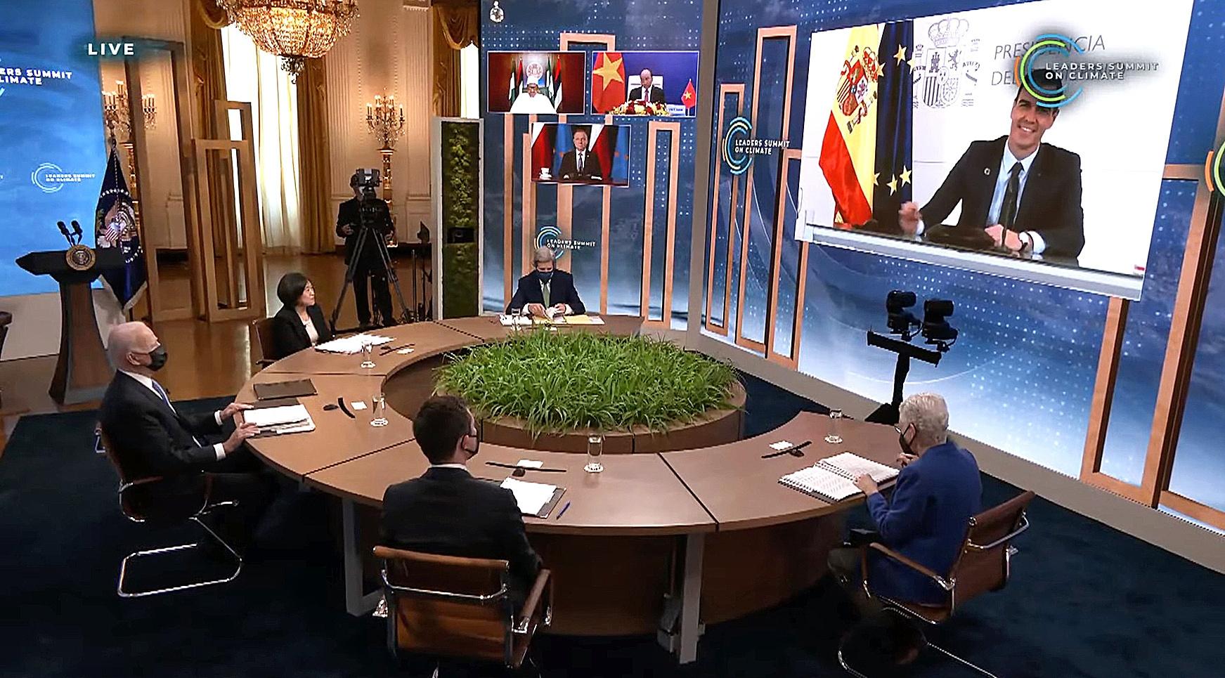 Joe Biden preside la sesión en la que intervino este viernes Pedro Sánchez (en la pantalla)