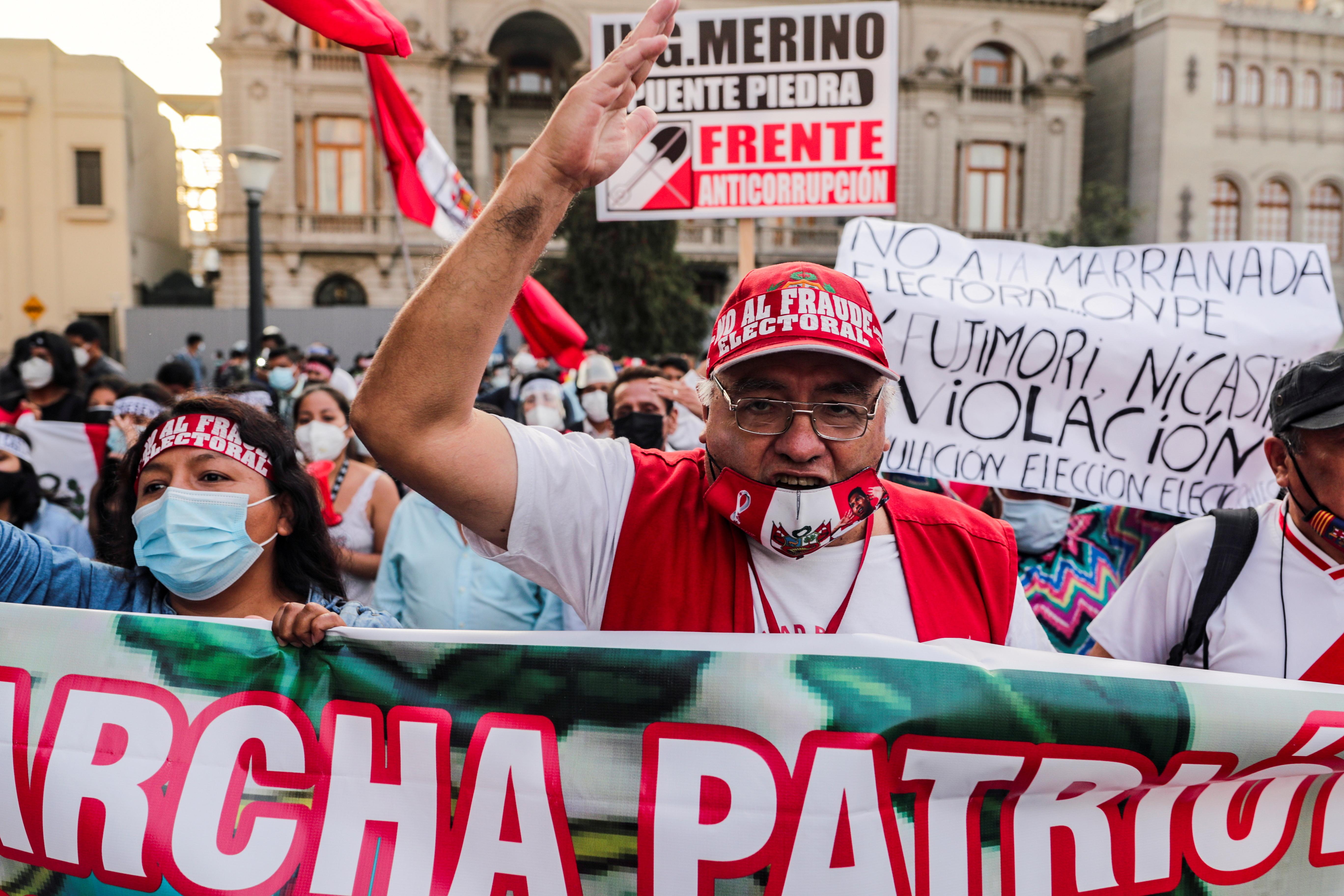 Protesta contra los candidatos Pedro Castillo y Keiko Fujimori.