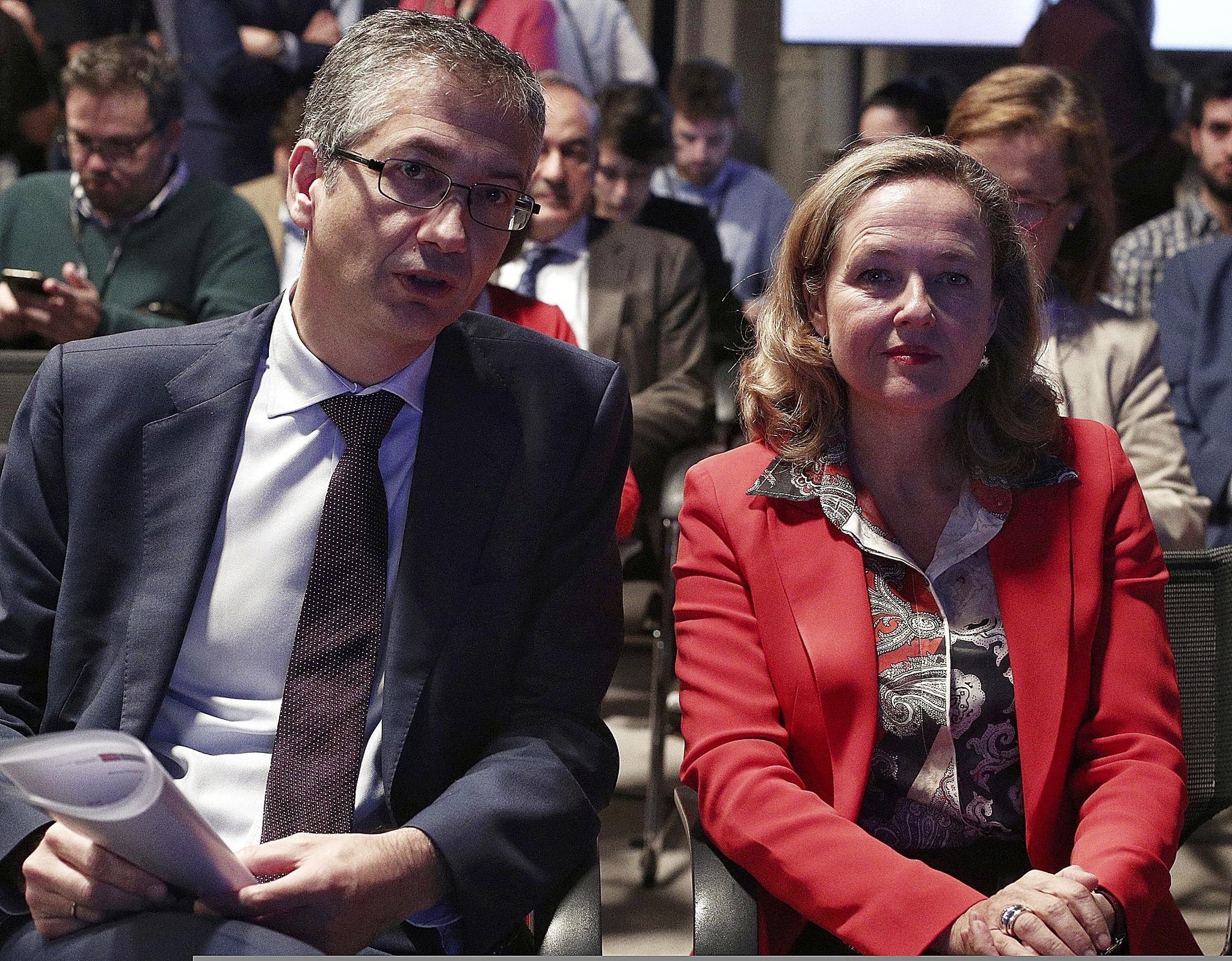 El gobernador del Banco de España, Pablo Hernández de Cos, y la vicepresidenta económica Nadia Calviño.