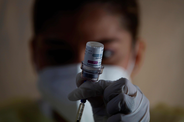 Una enfermera prepara  una dosis de la contra la Covid en un centro exprés de inmunización en Ciudad de Panamá (Panamá).